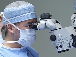 Dr_Daniel_Chang_Microscope-left